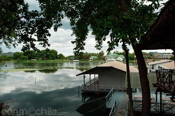 Habitaciones sobre el río Khwae