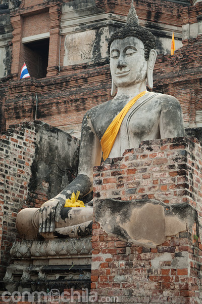 El buda que da la bienvenida a la estupa
