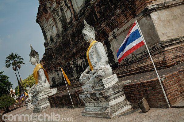Budas junto a la estupa principal