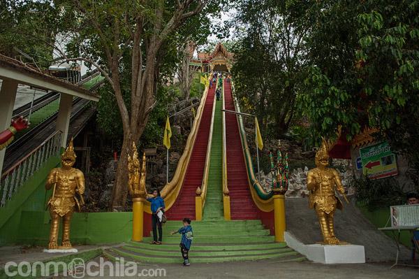 Escalinatas de acceso al Buda de 14 metros del Wat Tham Seua