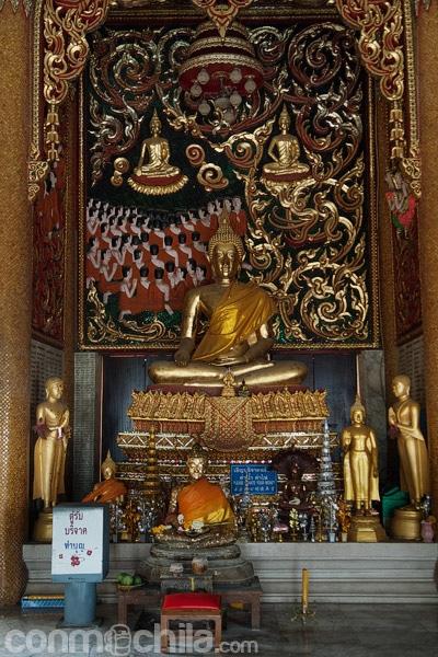 Pequeño santuario en el interior de la pagoda