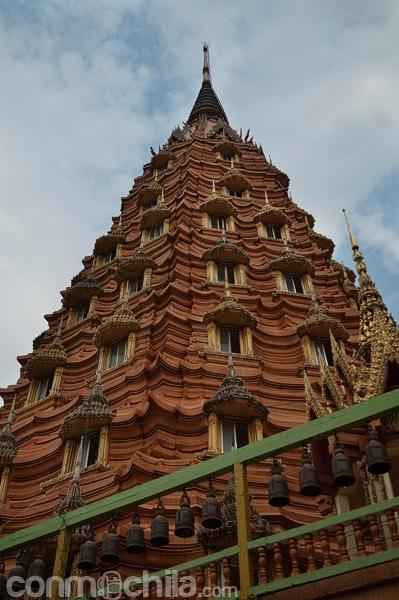 La gran estupa a la derecha de Buda