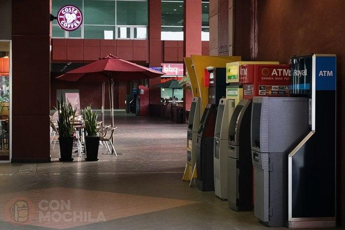 Cajeros en el aeropuerto de Phnom Penh
