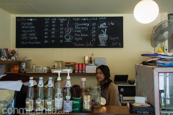La barra con la camarera que prepara los excelentes cappuccinos