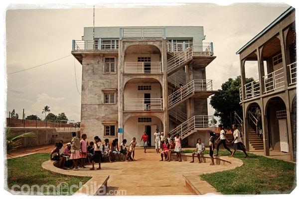 El edificio donde estudian y duermen las niñas mañores