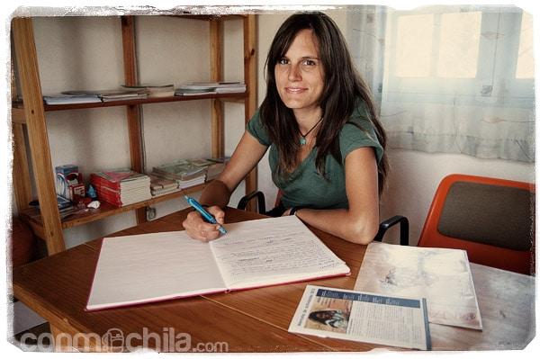 Firmando en el libro de visitas de la ONG Fami