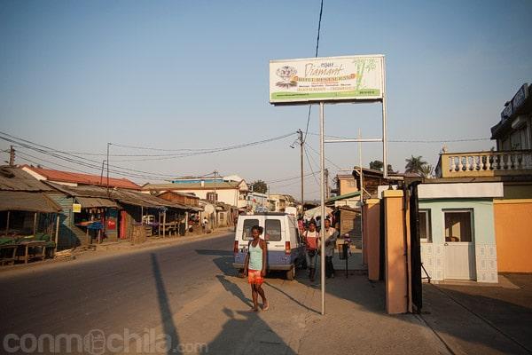 El letrero que da a la carretera principal de Moramanga