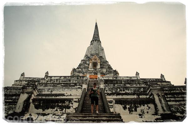 En las escaleras del inmenso Wat Phu Khao Thong