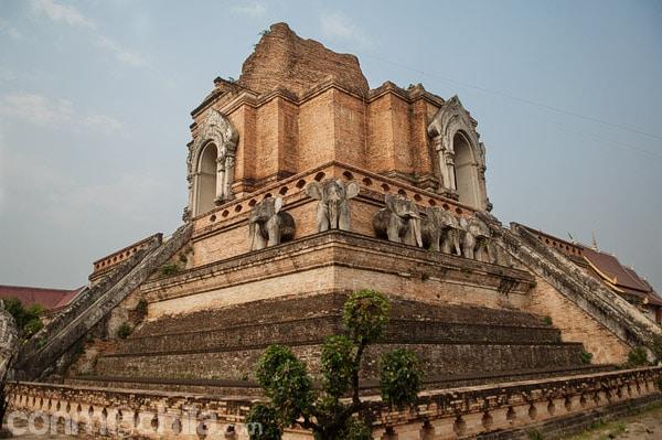 El majestuoso Wat Chedi Luang de Chiang Mai