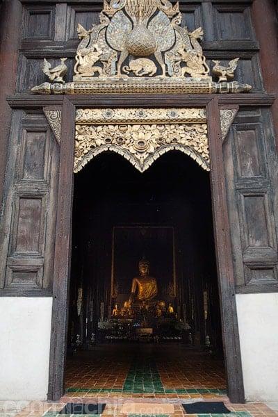 Entrada al Wat Phan Tao con el pavo real en la parte superior
