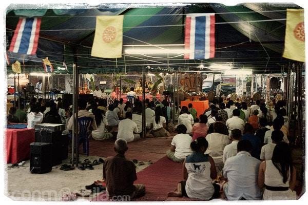 La gente rezando en el templo