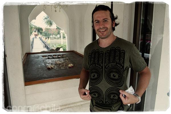 La huella de Buda y la mano de la camisa de Toni