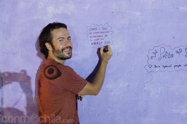 Firmando en el muro de la fama