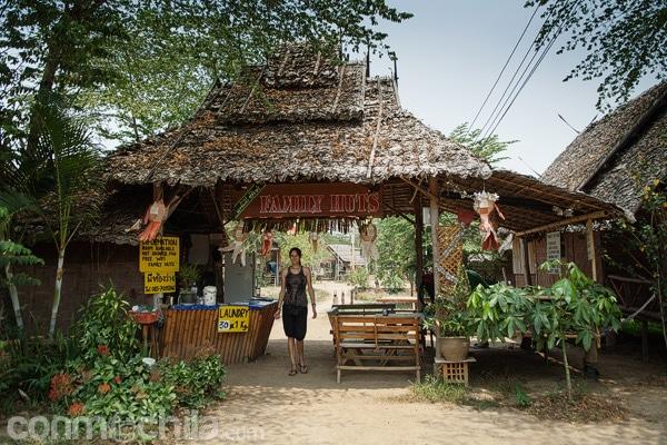 La entrada al recinto de los bungalows de Bungalows Family Huts