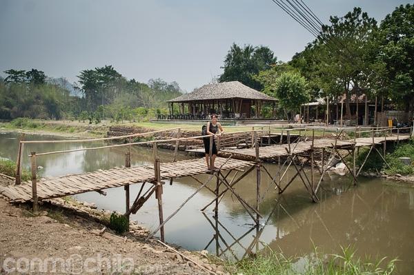 El básico puente de bambú para cruzar el río