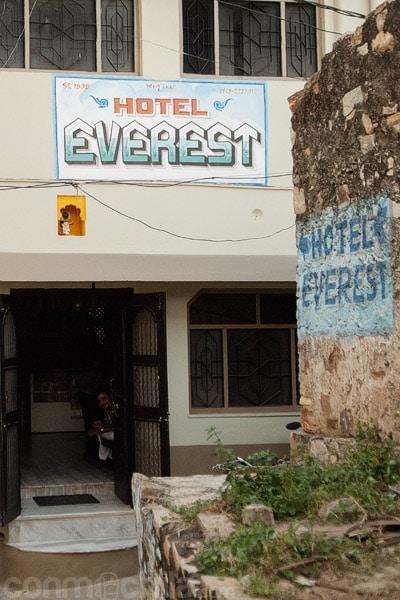 Entrada al hotel Everest