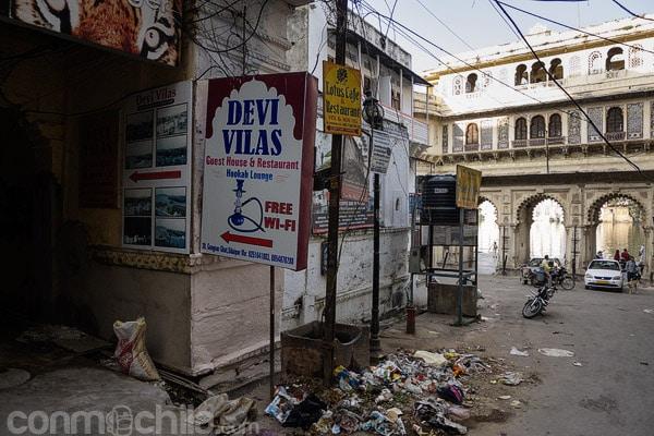 Entrada al callejón de acceso a Devi Vilas guesthouse