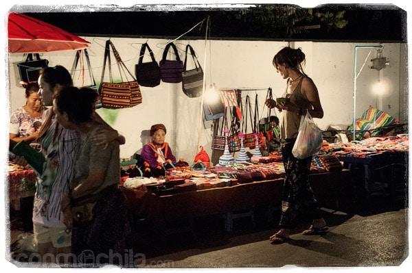 Frente a un puesto de venta de bolsos