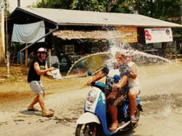 Cap. 06 – Songkran en Pai: agua, motos y flower power