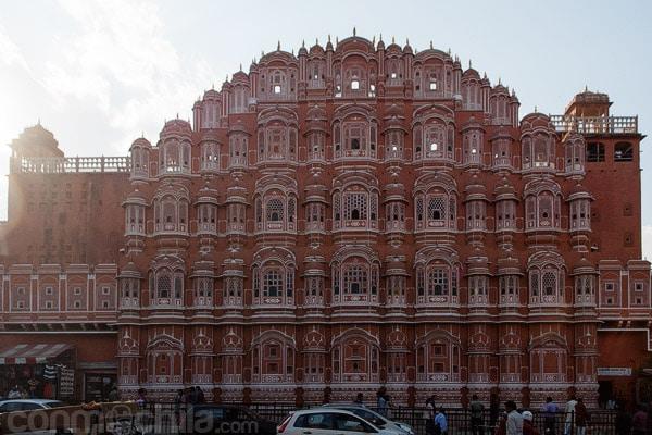 La preciosa fachada del Hawa Mahal de Jaipur