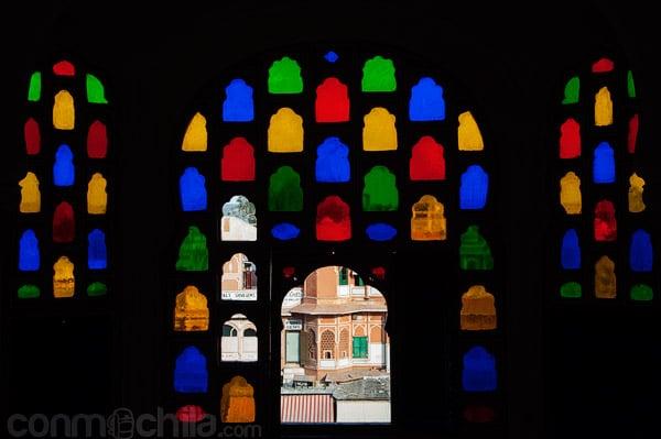 Una de las coloridas vitrinas
