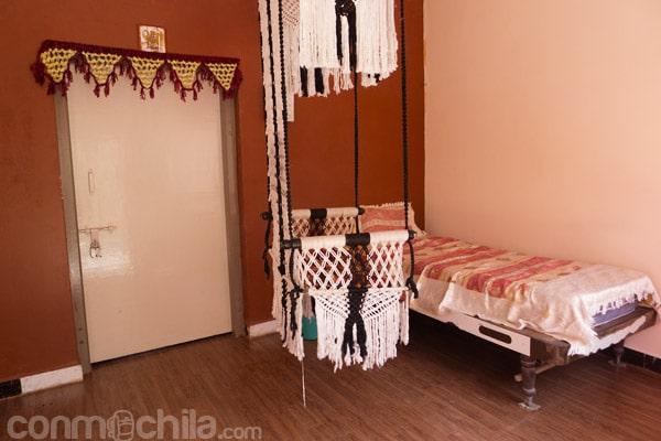 La parte exterior de nuestra habitación con la silla colgante