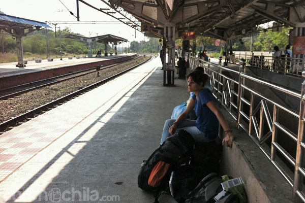 Carme en la parada del tren