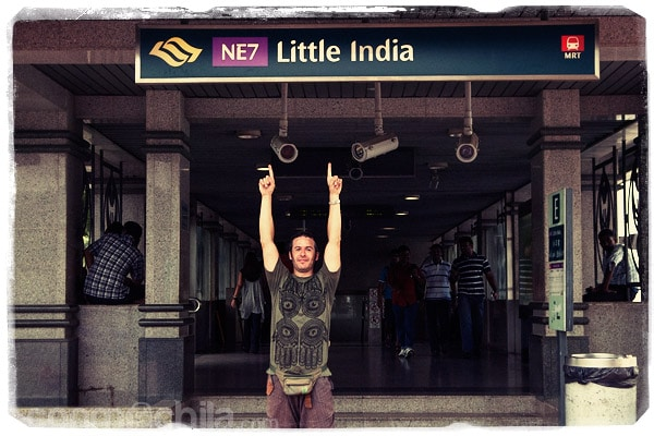 Toni en la estación de metro de Little India