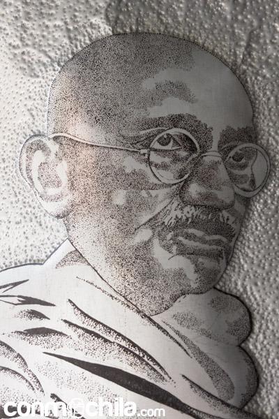 Imagen de Gandhi grabada en un metal
