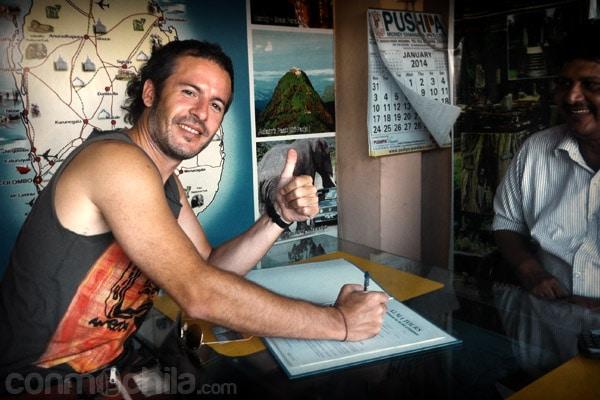 Firmando el contrato del alquiler del tuk-tuk CON EL CARADURA DEL DUEÑO