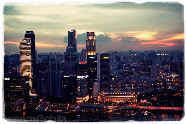 Los rascacielos encendiendo sus luces