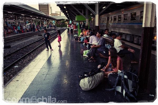 Esperando en la estación de Bangkok
