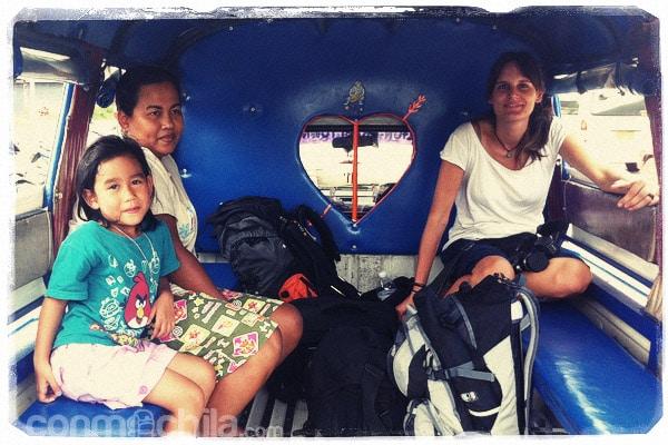 En la pickup junto con la señora y su hija