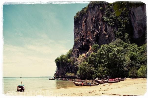 La playa de Krabi con la montaña escarpada
