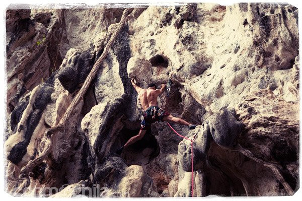 Un escalador en plena ascensión