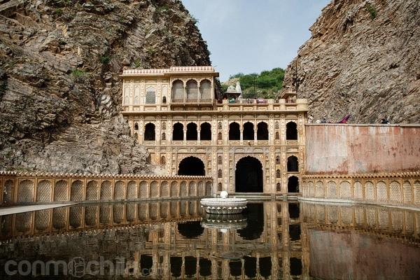 La famosa imagen del templo con el tanque de agua