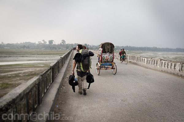 Cruzar el puente que separa ambos países