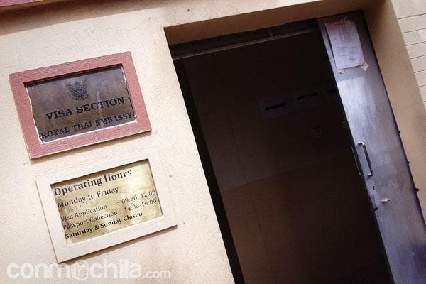 Entrada a la oficina de la embajada con el horario