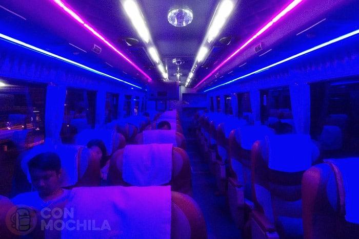 El interior del autobús