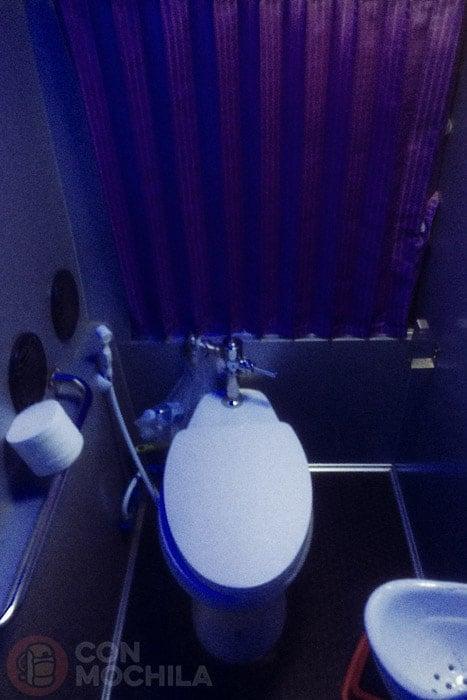El limpio y amplio baño