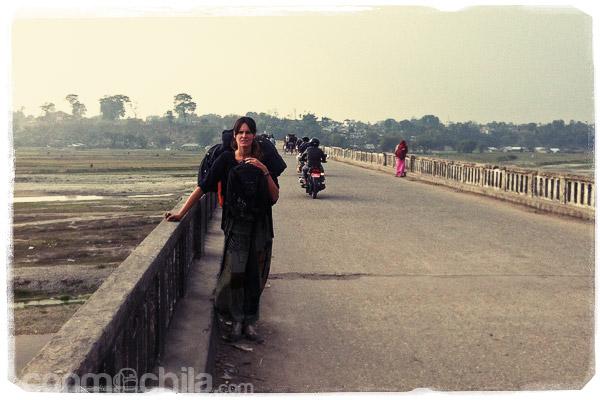 Cruzando el puente que separa India de Nepal