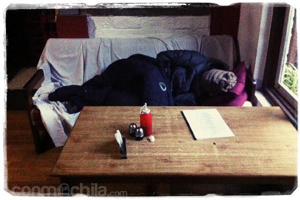 Durmiendo en el comedor del hotel esperando habitación