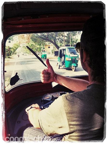Conduciendo el tuk-tuk por Sri Lanka