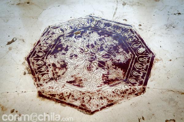 Detalle de grabados en el suelo