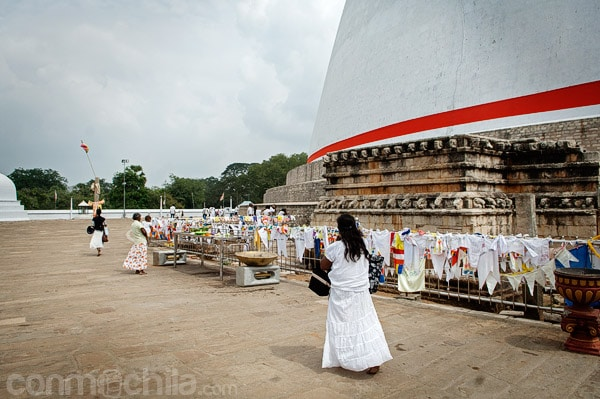Devotos dando vueltas alrededor de la stupa