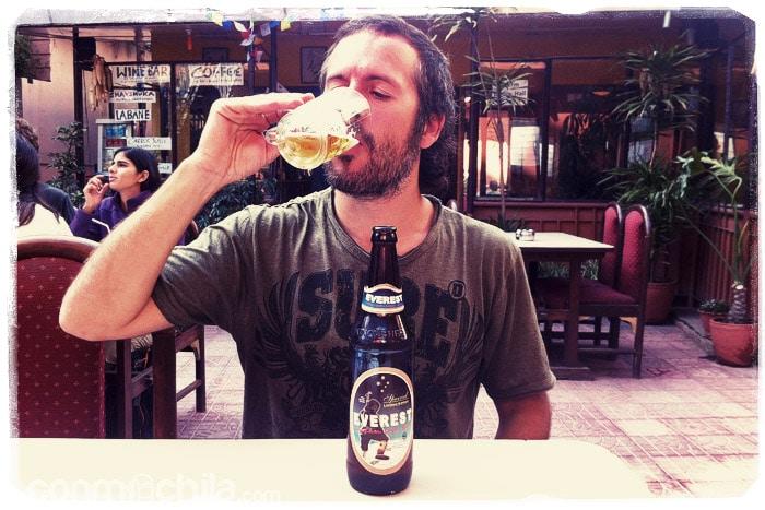Toni probando las primeras cervezas de Nepal