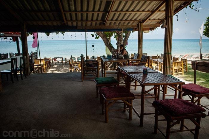 El restaurante con la playa de fondo
