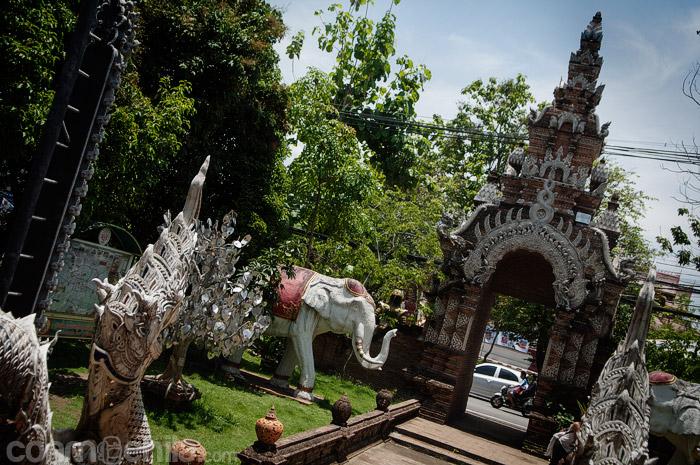 La entrada al Wat Lok Molee custodiada por dos elefantes