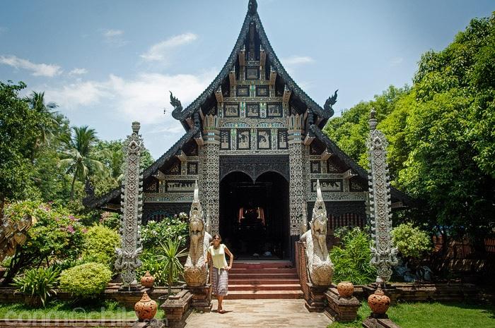 Carme en la entrada al templo al lado de una de las nagas