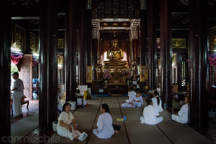 Creyentes en el interior del templo